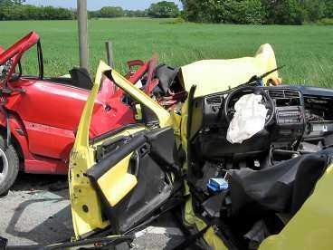 frontalkrockade Två ungdomar dog i en tragisk olycka i Etelhem på Gotland i går. Tre personer skadades allvarligt.