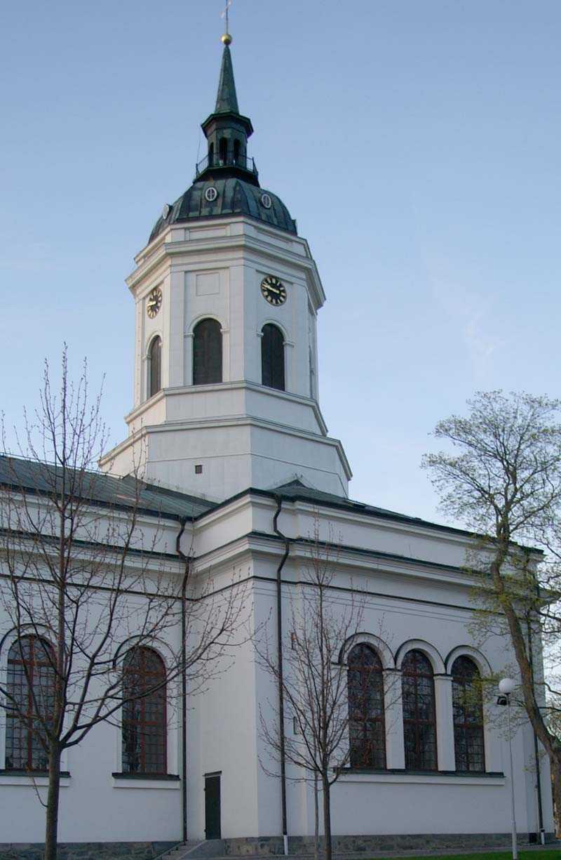 """""""Låt Svenska kyrkan vara ett trossamfund och klä inte ut henne i folkrörelsens kläder"""", uppmanar debattören Maria Ludvigsson."""