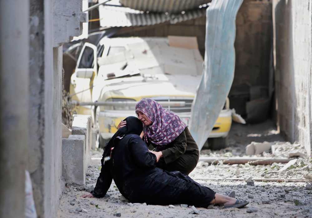 30-åriga Manal Keferna, till höger, och hennes svägerska, Najwa Keferna, återvände till resterna av sina hem i Beit Hanoun.