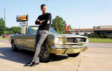 Lutad mot en Mustang.