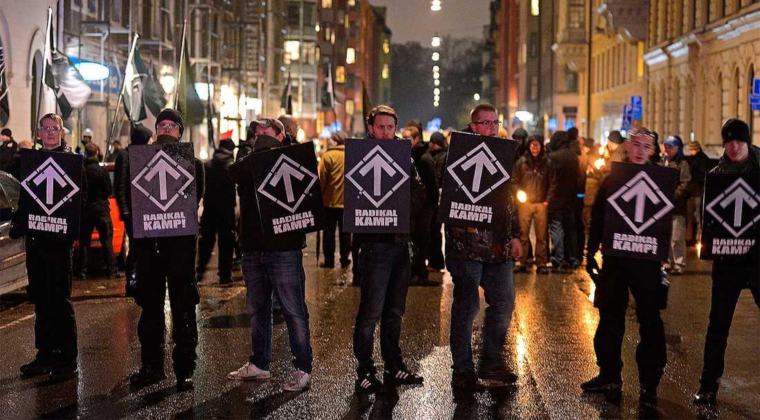 Svenska motståndsrörelsen marscherade genom stockholm den 9 november 2013 till stöd för det grekiska nazistiska partiet Gyllene gryning.