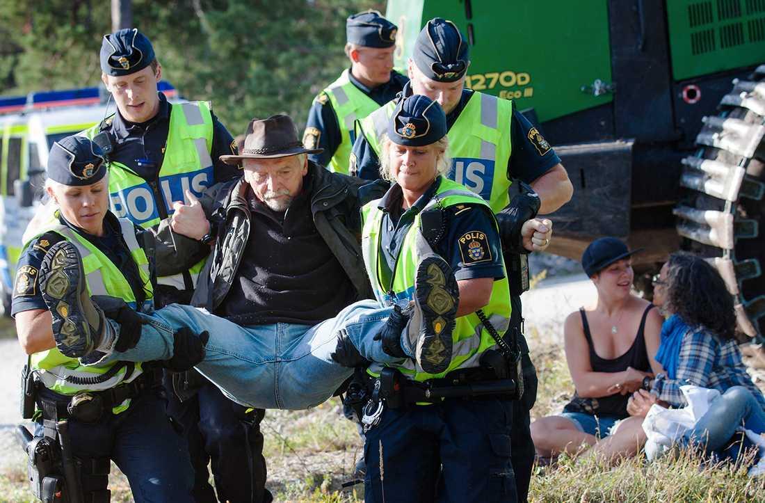 Miljöaktivisternas och lokalbornas förstakedja  gjorde vad de kunde för att stoppa kalkbrytningsplanerna i Ojnareskogen på Gotland.  Nu har de fått en toppvärvning till laget: HD. Foto: Scanpix