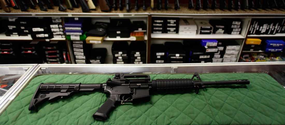Att geväret av den här typen, AR-15, som James Holmes bar med sig krånglade kan ha räddat livet på flera av offren i biografen.
