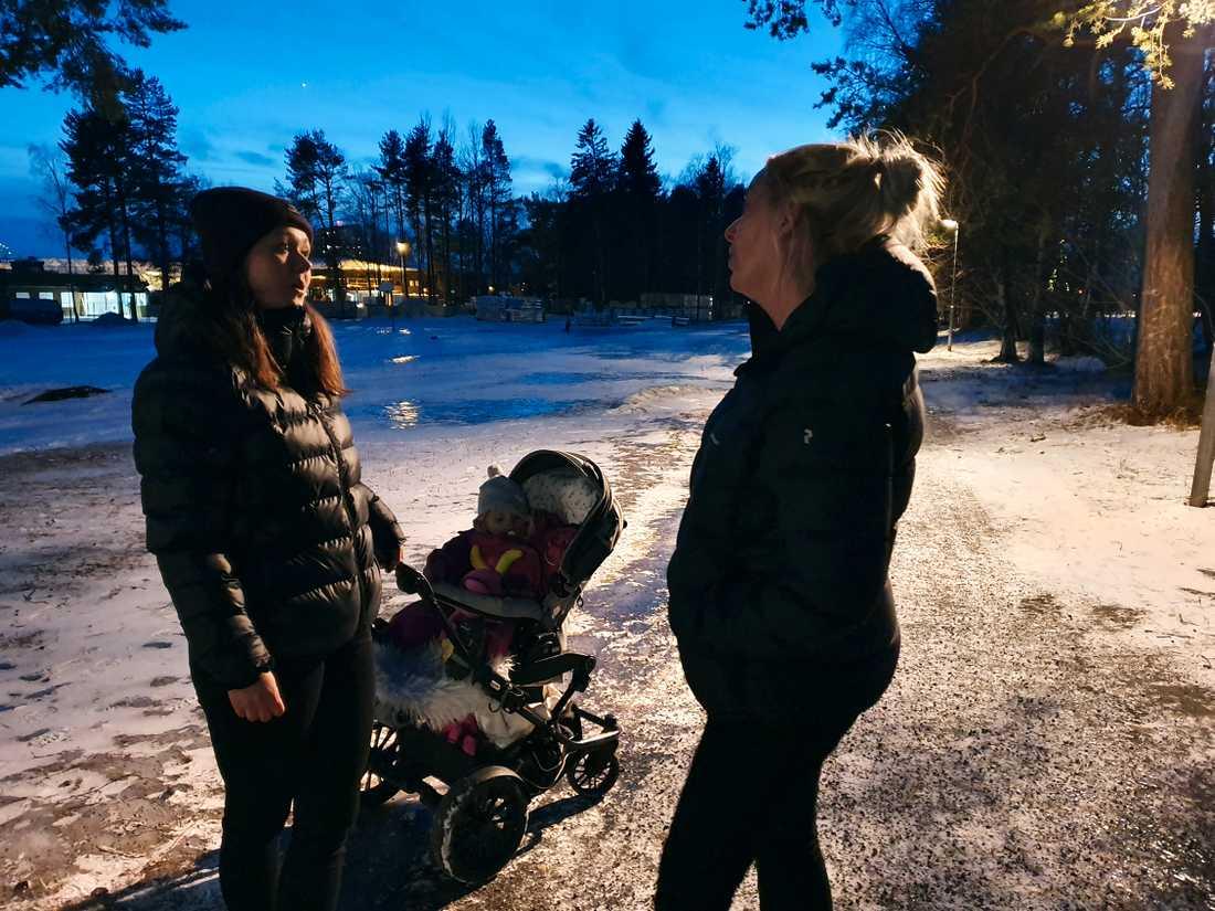Från vänster: Emelie Björklund  och Caroline Davidsson vid Körfältsskolan och Palmcrantzsskolan.