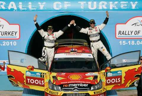 Kartläsaren Phil Mills, till vänster, och Petter Solberg firar andraplatsen i Rally Turkiet i april. Nu ska Mills sluta.