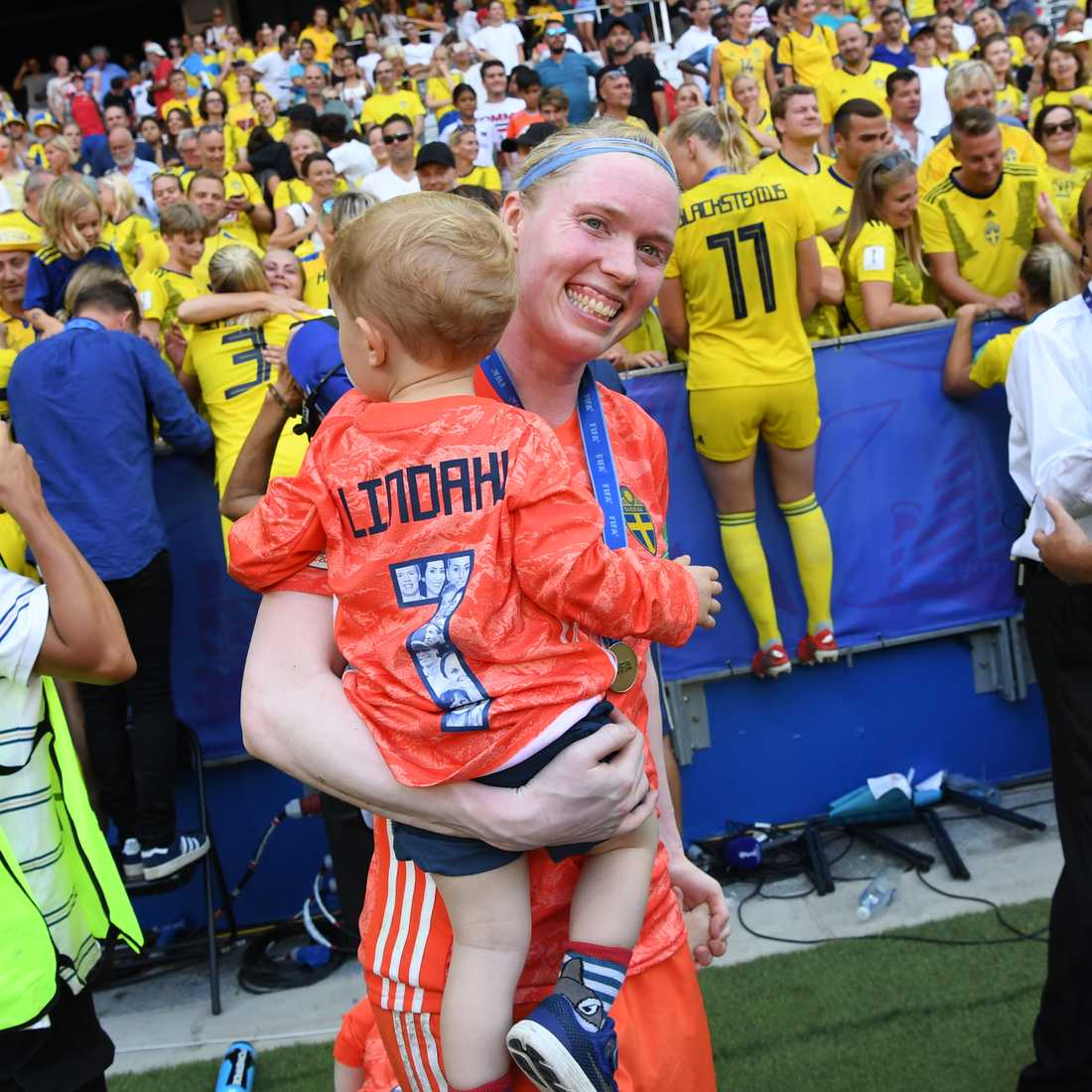Landslagsmålvakten Hedvig Lindahl med ett av sina barn under fotbolls-VM. Nu kräver hon och övriga elitspelare bättre villkor för gravida fotbollsspelare. Arkivbild.
