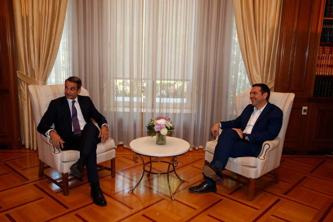 Greklands tillträdande premiärminister Kyriakos Mitsotakis till vänster i bild träffade avgående Alexis Tsipras på måndagen.