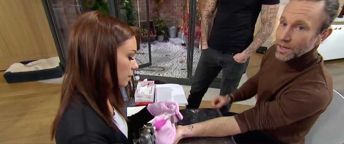 tv-personligheten valde att tatuera sig i direktsändning.