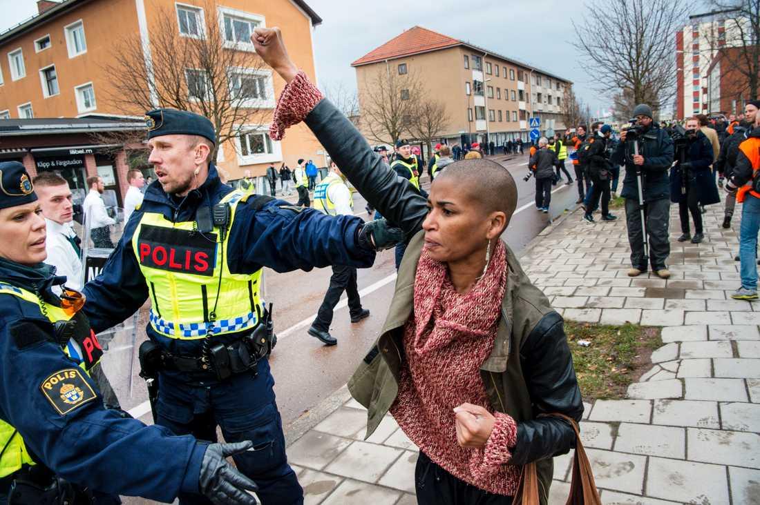 – Det är min Nelson Mandela-gest, säger Tess.