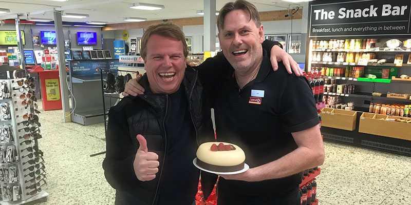 Norske travspelaren Morten Stokstad var mannen bakom jättespelet hos bensinmacken i Charlottenberg. Kom med tårta efter 3,4 miljonersvinsten.