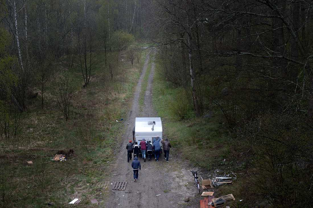 Husvagnen rullas ut i skogen.