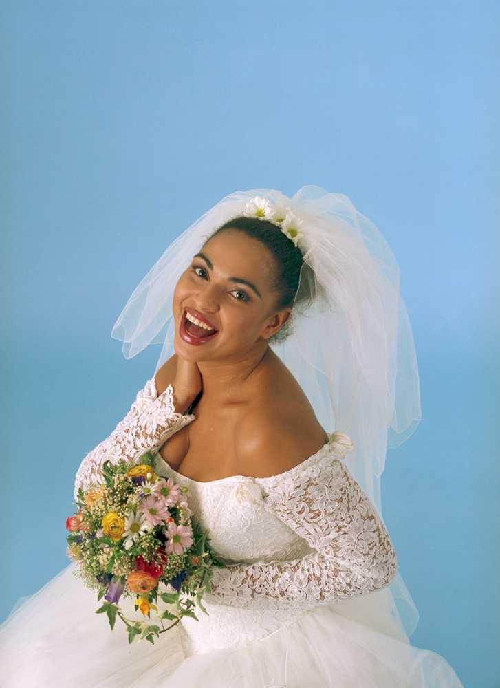 Modellen Camilla Henemark i bröllopsklänning.