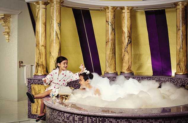 Bad överallt Om barnen ledsar på den privata stranden eller poolen kan de även bada på rummet.