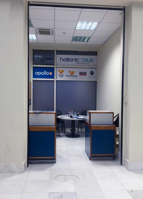 Apollos informationsbås på Chania flygplats på Kreta står tomt.