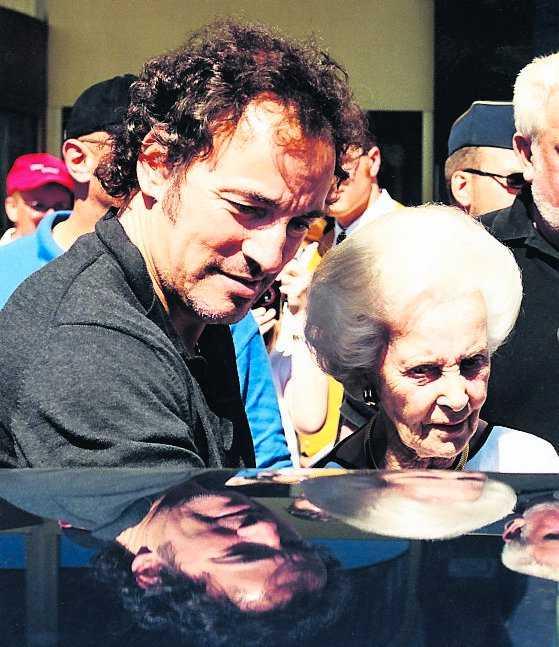 Lilian har haft tillfälle att träffa många kändisar. Här hänger hon med rocklegendaren Bruce Springsteen 1999.