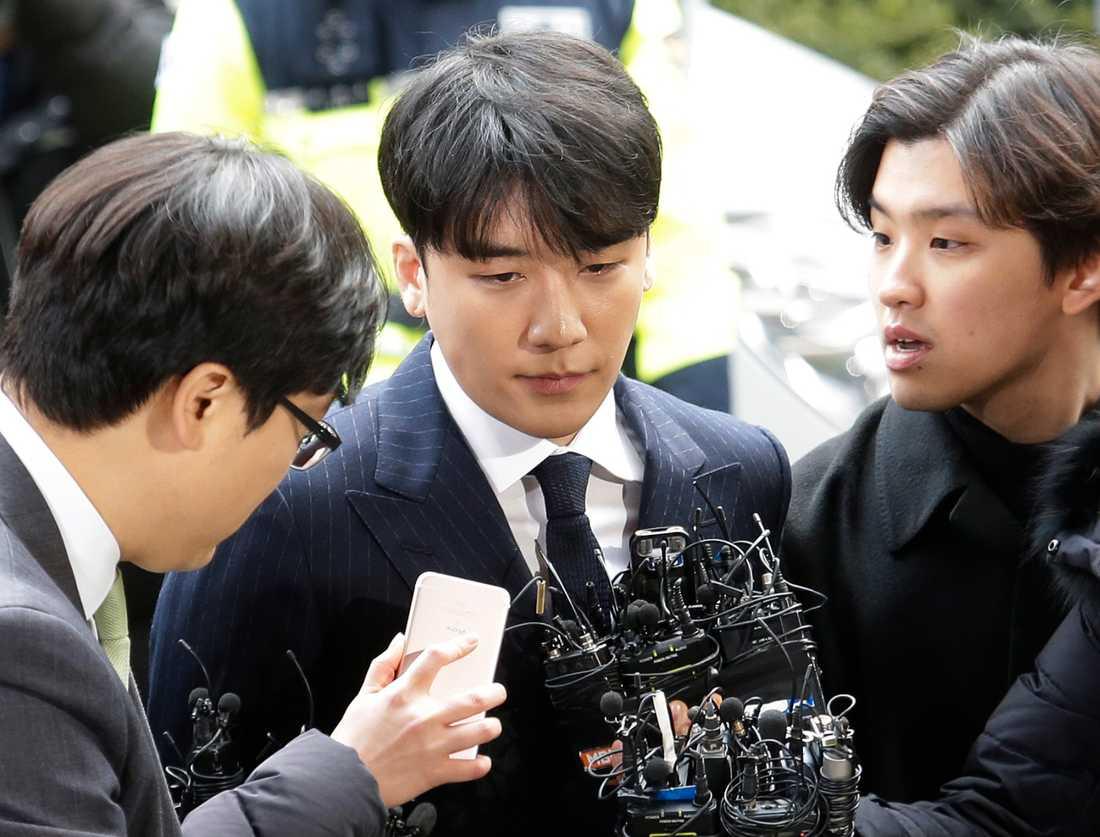 Lee Seung-hyun, 28, mer känd som Seungri, åtalas för att ha försett affärsmän med prostituerade.