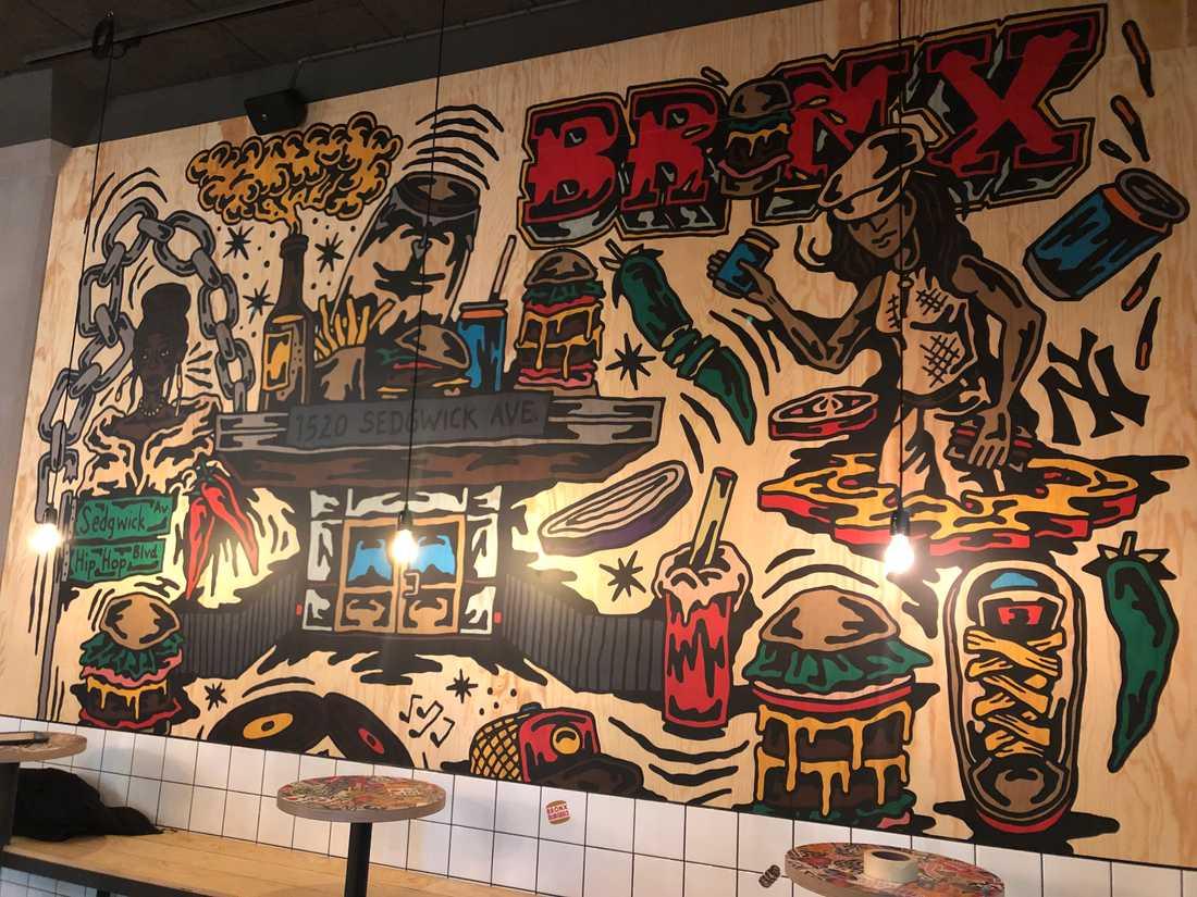 På väggarna står det Bronx på flera ställen.