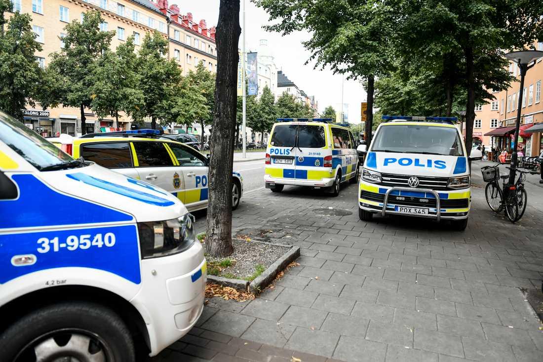 Polisbilar på plats sedan en person hittats död i en lägenhet på Södermalm i Stockholm. En man som befann sig i lägenheten greps och sitter nu häktad på sannolika skäl misstänkt för mord. Arkivbild.