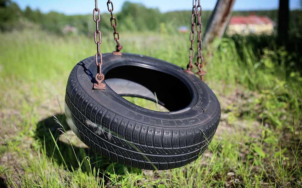 Glesbygden ska få mer. Bild från igenvuxen lekpark vid stängd skola i Kalix kommun i Norrbotten.