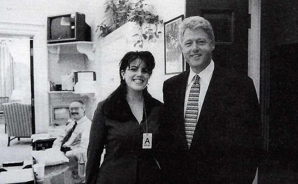 Monica Lewinsky och Bill Clinton fotograferade tillsammans i november 1995.