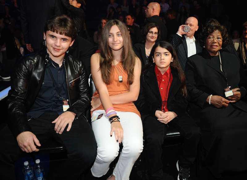 Enad familj. Prince Michael, Paris, Blanket och Katherine Jackson.