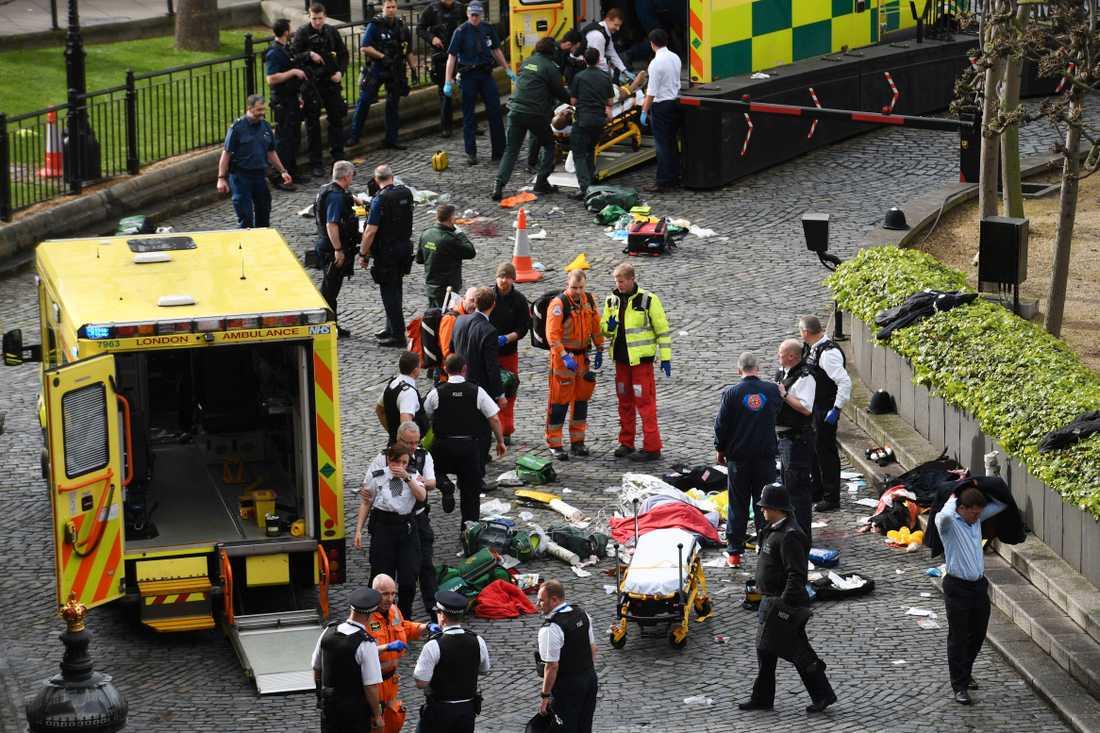 Räddningspersonal utanför parlamentet försöker hjälpa de skadade.