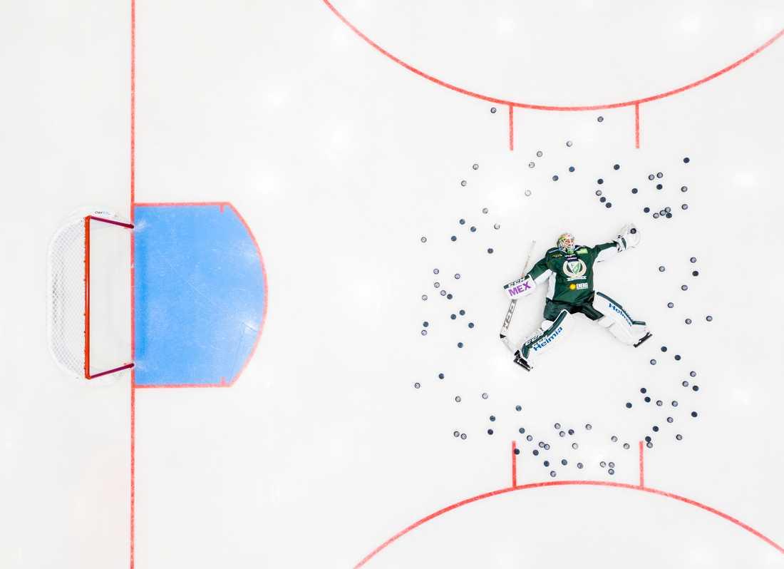 Porträttserie, 3-e pris: Hockeyspelare i SHL porträtterade i hemmamiljöer. Markus Svensson, Färjestad på isen i hemmaarenan.