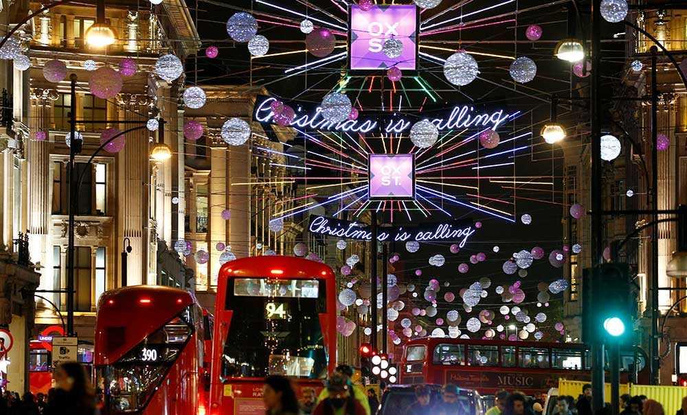 Oxford Street i London har tänt sin julbelysning.