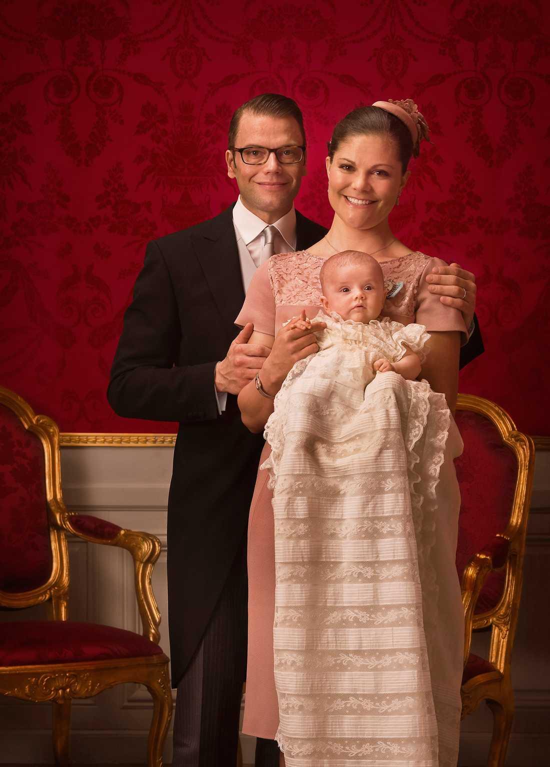 Den officiella bilden från dopet den 22/5 2012. Än så länge håller sig Estelle till de traditionella klassikerna.