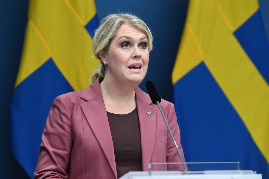 Socialminister Lena Hallengren förstår att krögarna vill veta.