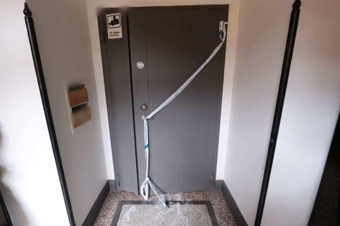 Den tunga ståldörren var svårforcerad för polisen.