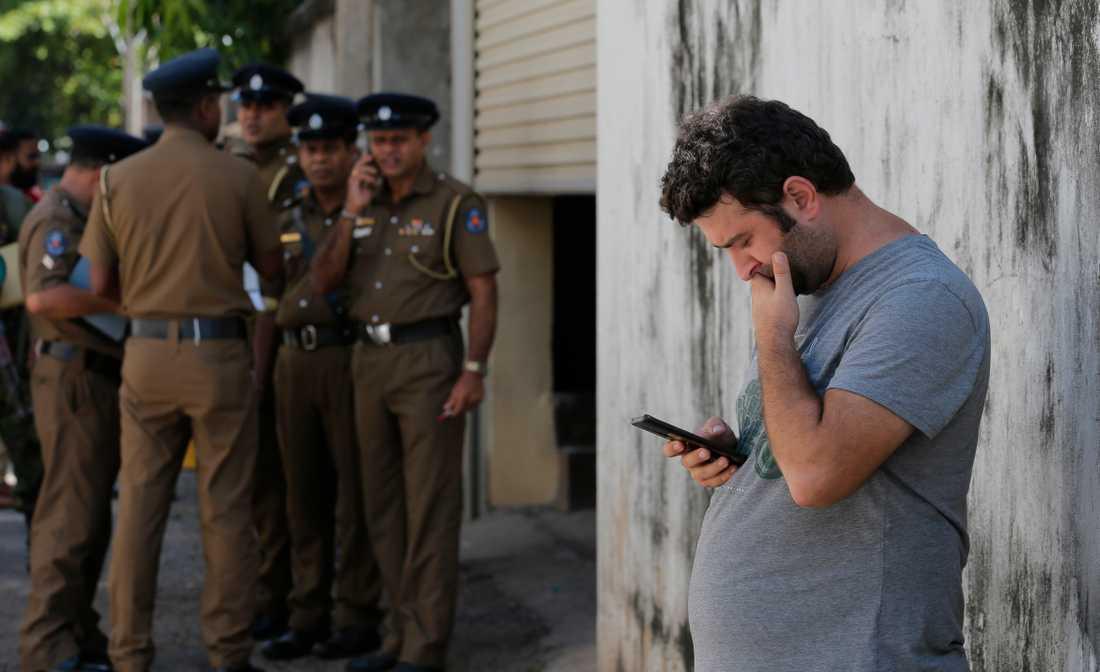 En man väntar utanför ett bårhus dagen efter terrordådet.