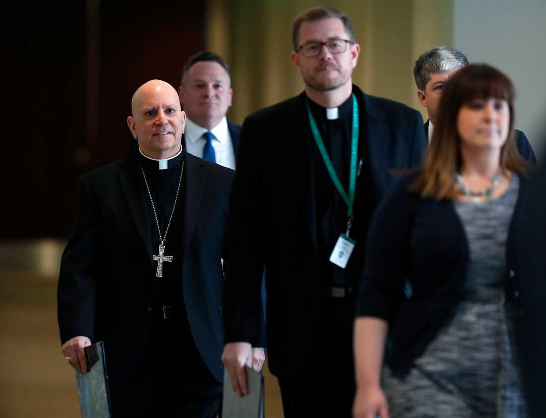Samuel Aquila (till vänster), nuvarande ärkebiskop vid den katolska kyrkans stift i Denver i Colorado, inför en presskonferens i februari då han meddelade att utredare skulle få tillgång till flera stifts arkiv för att undersöka historiken av övergrepp. Arkivbild.