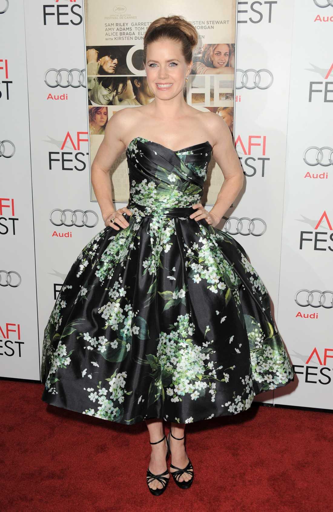 Amy Adams i en sockersöt mönstrad vippklänning signerad Dolce & Gabbana.