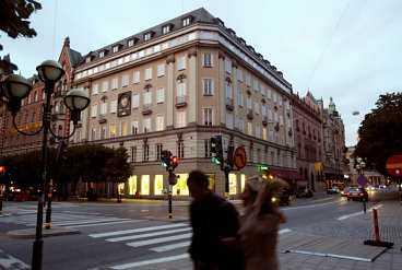 Kreditbanken är sedan länge försvunnen. I de gamla banklokalerna vid Norrmalmstorg i Stockholm är det i dag en klädaffär.