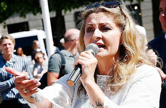 Katerina Janouch talar på alt-light-partiet Medborgerlig samlings manifestation på Norrmalmstorg i maj förra året. I dag har partiet tagit avstånd från författaren.