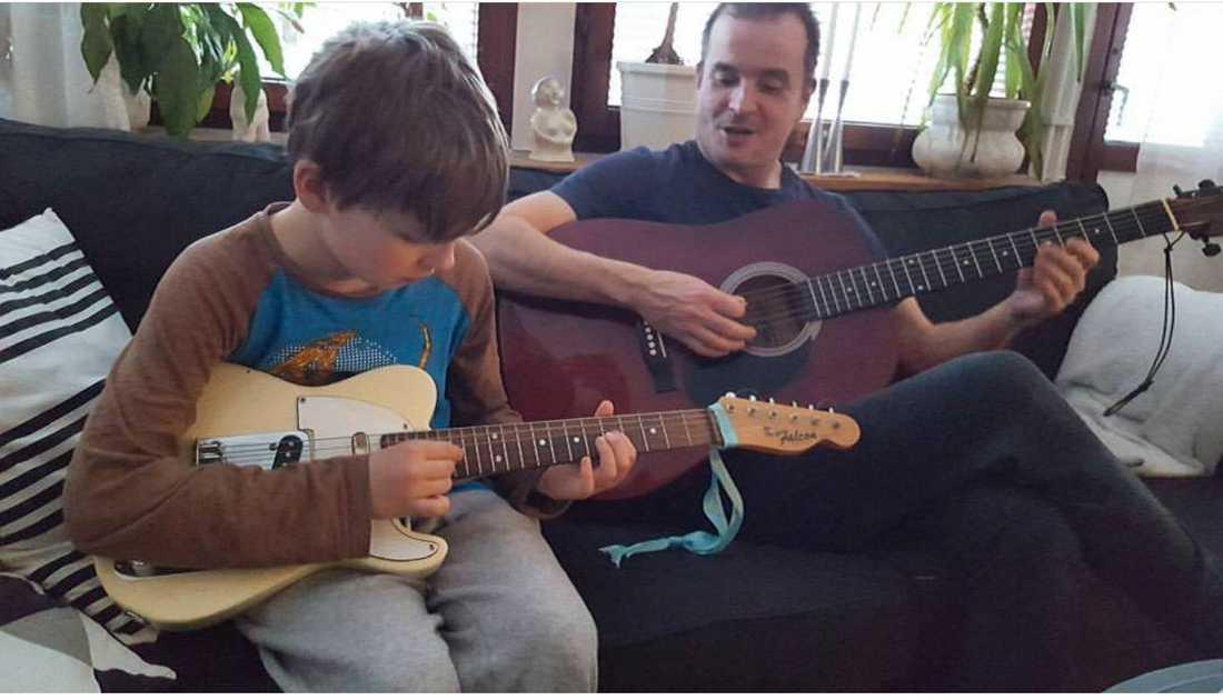 Elias pappa är musiker