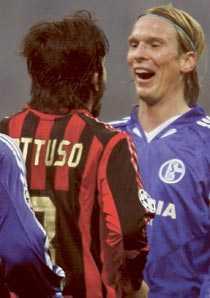 """Utbrott 2 Gennaro Gattuso tappar besinningen mot Poulsen efter slutsignalen. Poulsen skrattar och gör en ironisk """"tummen upp""""."""