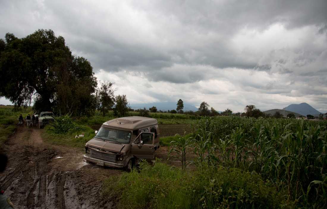 En övergiven bil vid en statligt ägd bränsleledning. Bilen misstänks ha använts av bränsletjuvar.