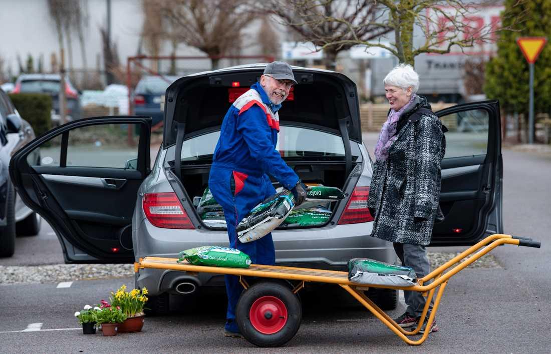 Hans och Karin Andersson från Genarp har handlat kogödsel, sättpotatis, fröer och blommor att ha vid ytterdörren strax efter öppning på handelsträdgården Flyinge Plantshop utanför Lund.