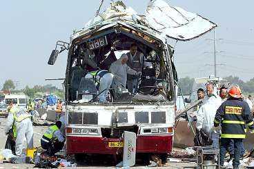 NIO DÖDA I går kom svaret. Det israeliska militära våldet har inte fått stopp på självmordsbombarna. I går slog en av dem till mot en buss utanför Haifa. Nio israeler dödades.