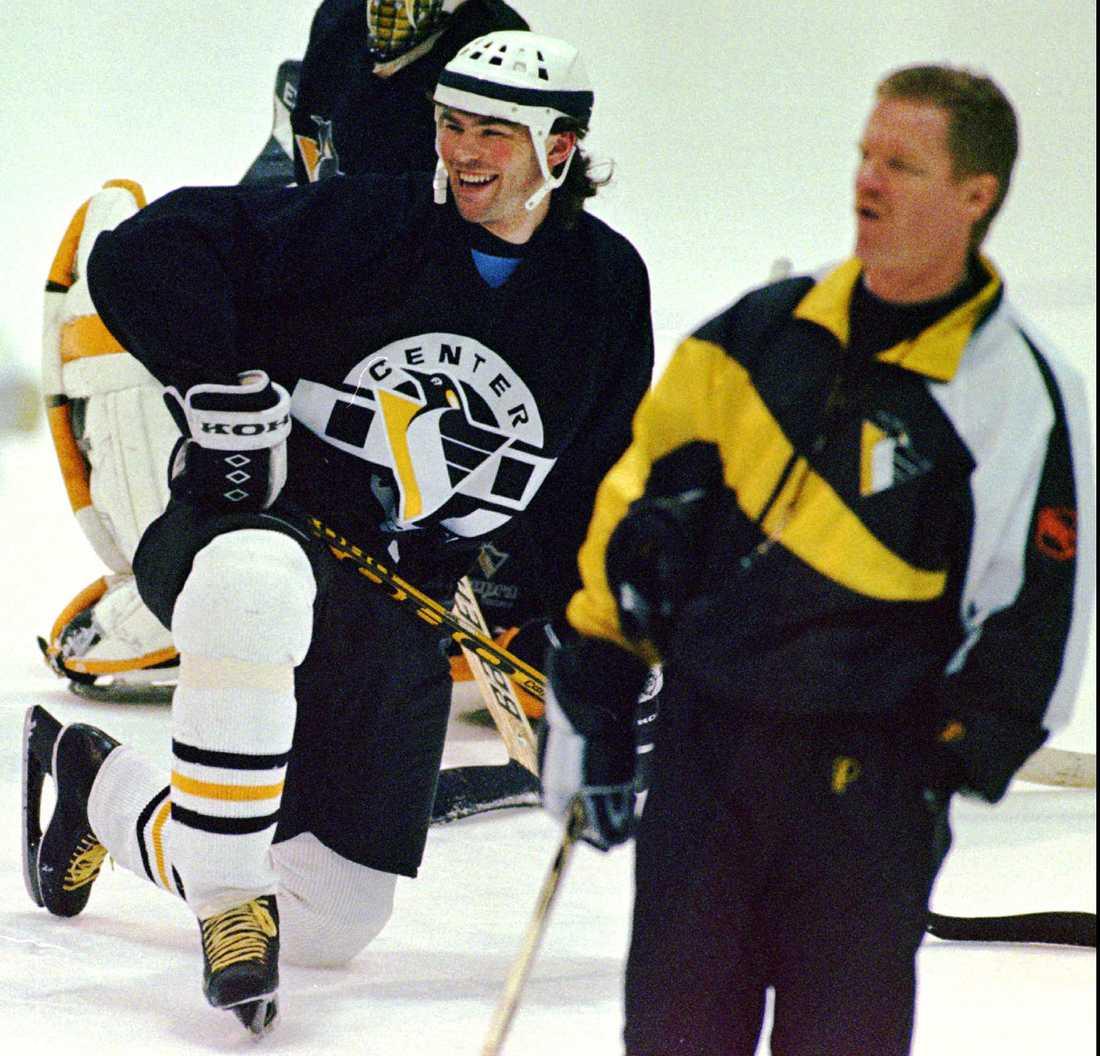 Jagr har det roligt tillsammans med Penguins tränare David Constantine i april 1998.