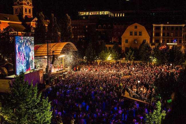 Vid ungdomsfestivalen We are Sthlm i Kungsträdgården i Stockholm inträffade ett flertal sexövergrepp mot unga tjejer.