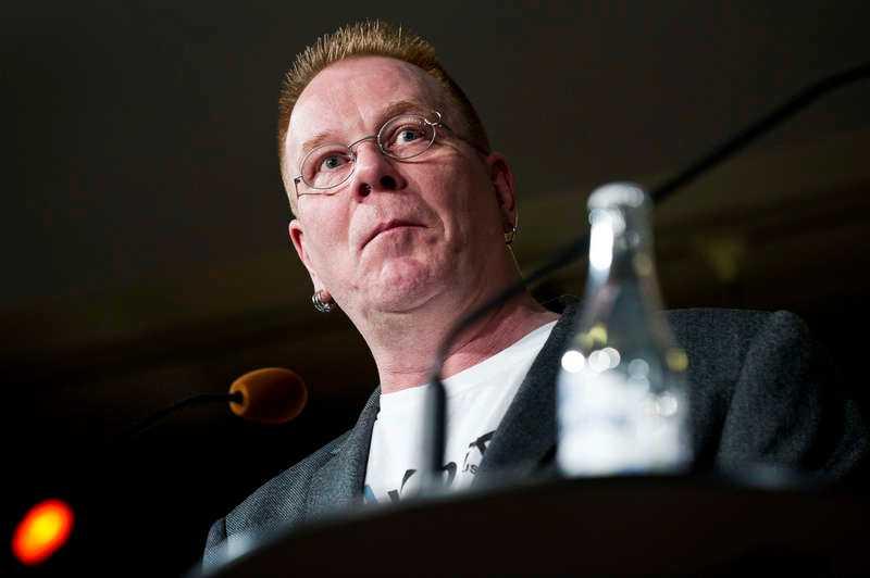 Mats Dagerlind säger att han inte har koll på ekonomin.