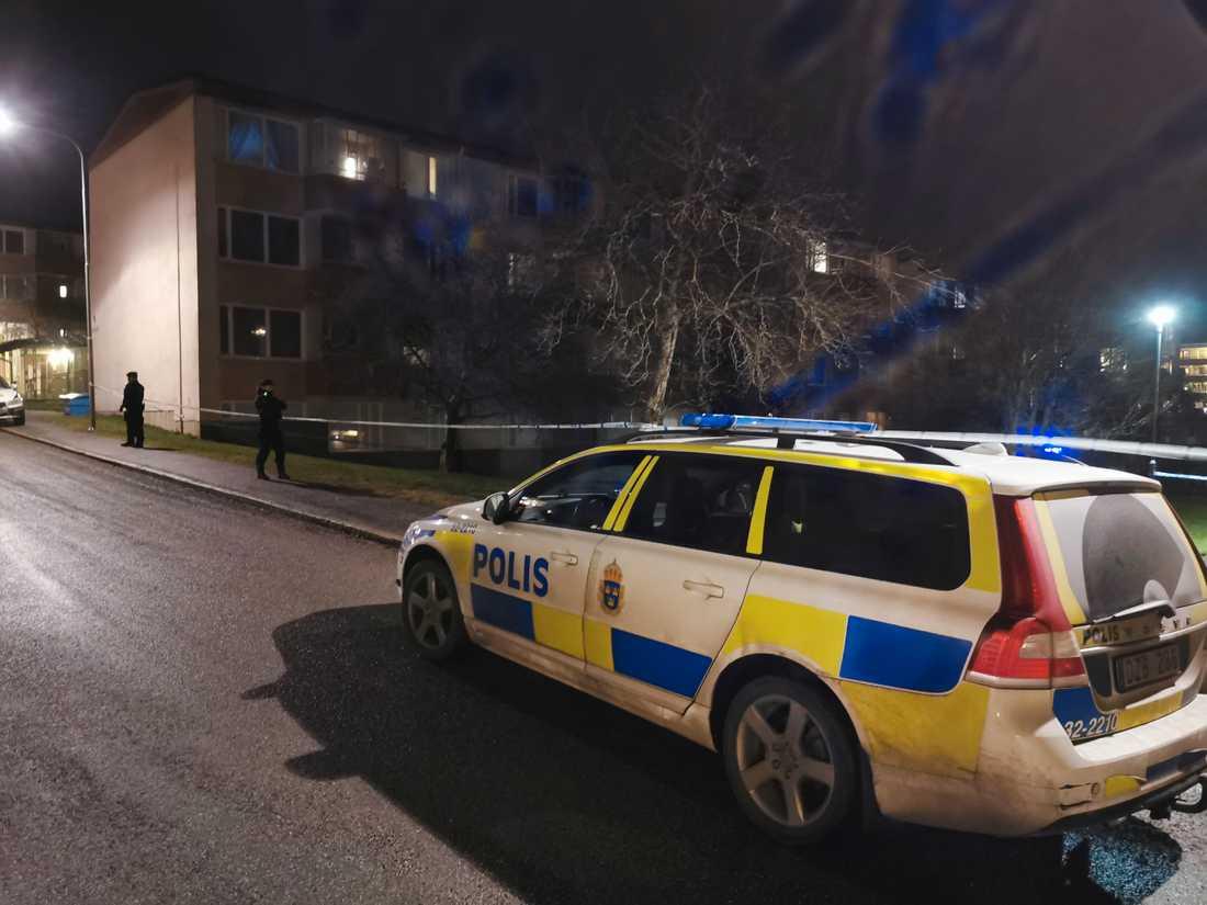 En man skadades allvarligt vid en skottlossning i Skogås, i Huddinge kommun, söder om Stockholm.