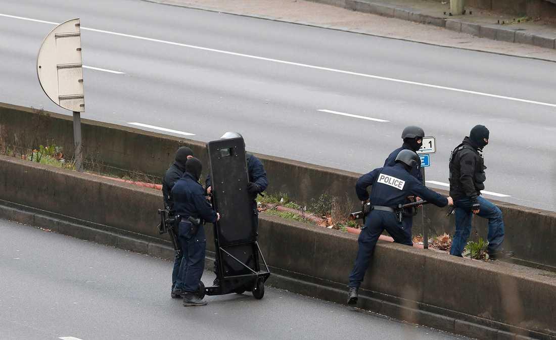 Fransks specialpolisen RAID mobiliserar utanför affären.
