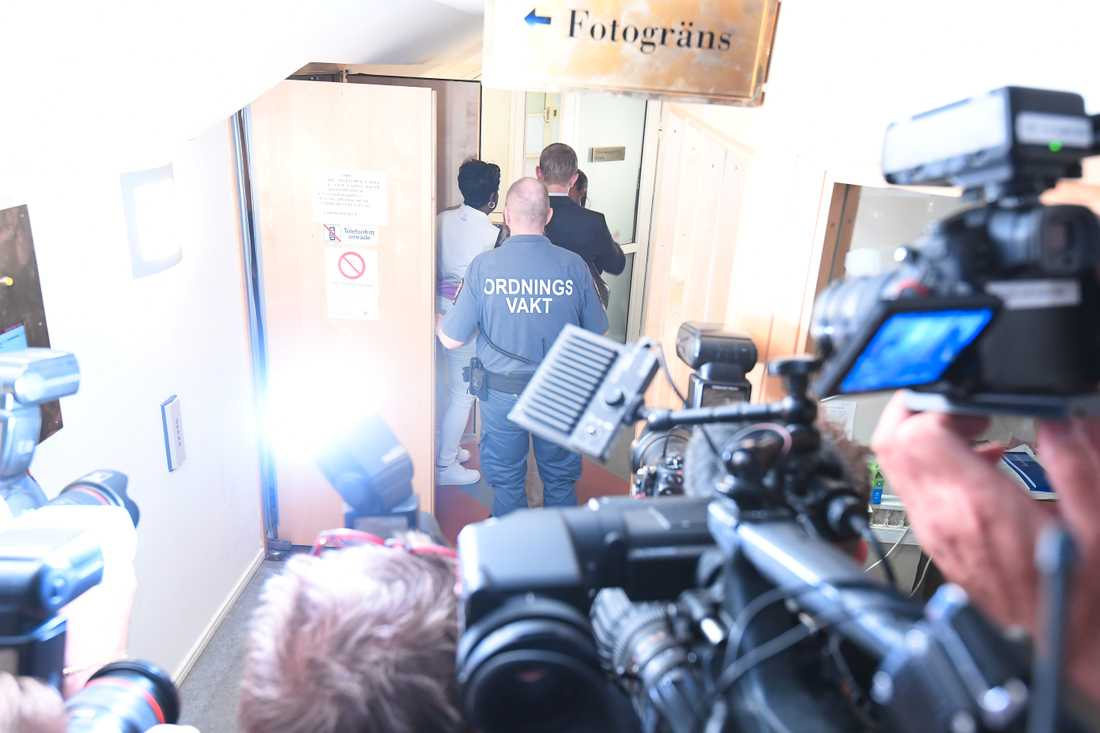 ASAP Rockys mamma lämnar rättegångssalen.