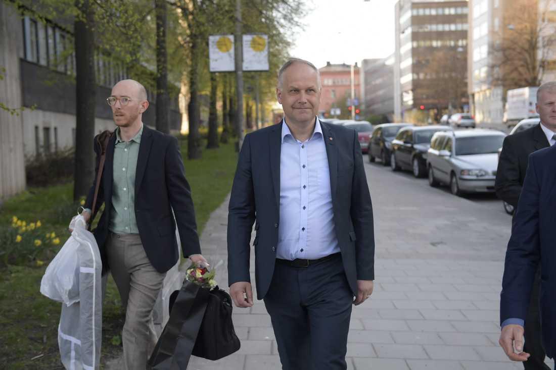 Jonas Sjöstedt på väg till partiledardebatten.