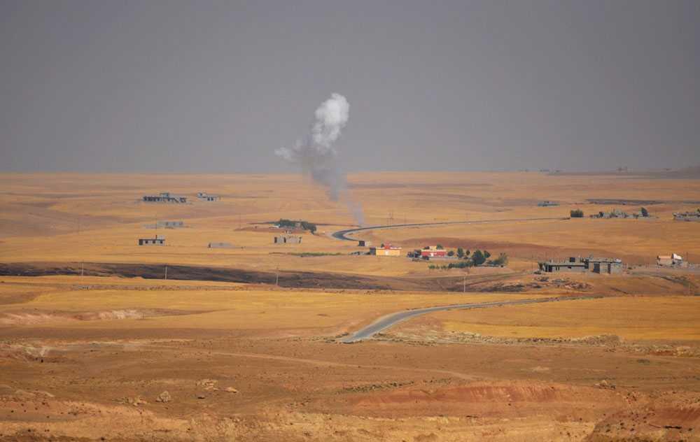 Rök från striderna mellan kurdiska trupper och medlemmar ur terrorgruppen IS (Islamiska staten, tidigare ISIS).