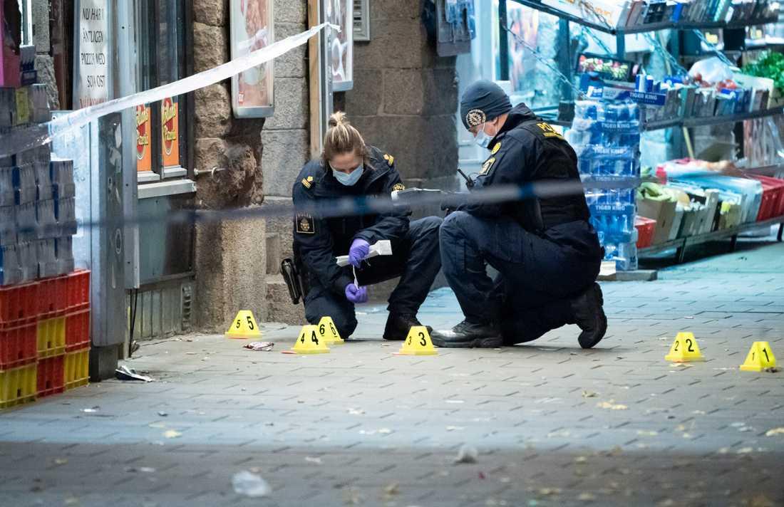 Polisens kriminaltekniker säkrar spår efter en skottlossning vid en pizzeria vid Möllevångstorget i Malmö natten till söndag. En 15-årig pojke dödades, en annan pojke fick livshotande skador. Arkivbild.